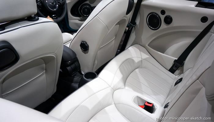 MINI コンバーチブル  F57 後部座席のフットスペース