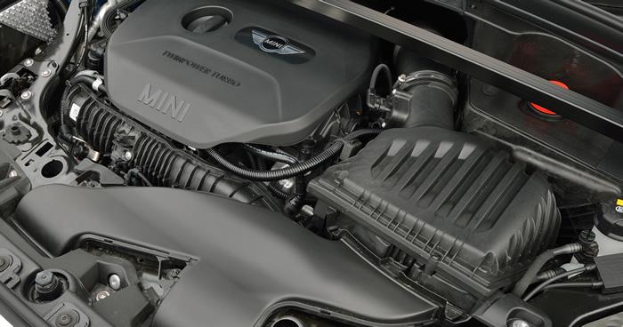ミニクロスオーバー F60 ガソリンエンジンのエンジンルーム