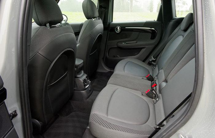 ミニクロスオーバー F60 後部座席