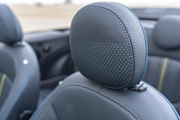 ミニコンバーチブル F57 特別仕様車 サイドウォーク レザーシートのヘッドレスト